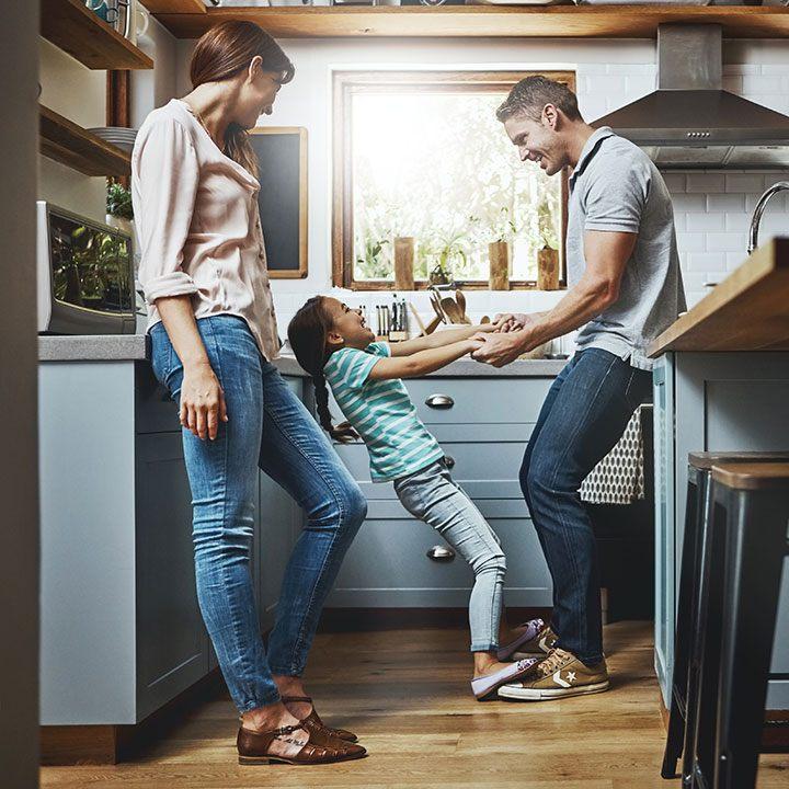 Eine junge Familie in der Küche