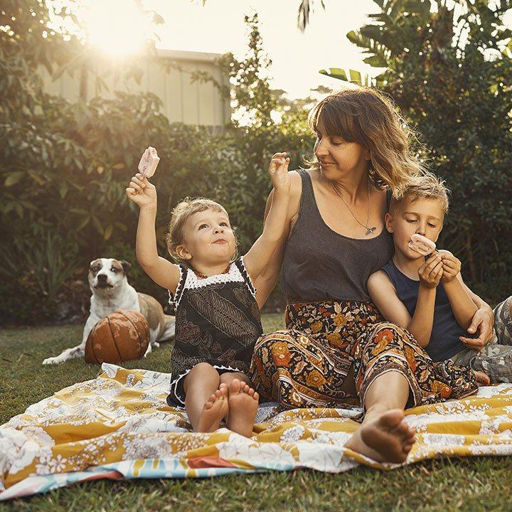 Eine Mutter isst Eis mit ihren Kindern